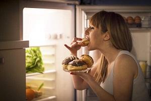 Nem csak elhízáshoz vezet a késő esti nassolás, a szíved is kicsinálja!